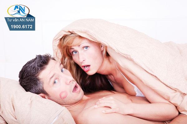 chồng chối cãi chuyện ngoại tình