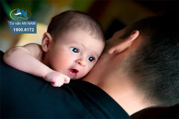Khi con chào đời bố nên làm những gì